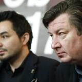 Den finske filminstruktør Aki Kaurismäki (til højre) og den syriske skuespiller Sherwan Haji ved pressekonferencen efter visningen af Kaurismäkis film »The other side of hope«.