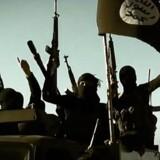 Udenrigsministeriets Borgerservice kan på nuværende tidspunkt ikke bekræfte, om to danskere har mistet livet i Syrien. Det samlede antal døde danske IS-jihadister menes at være på omkring 40 ud af de 135 personer, som Politiets Efterretningstjeneste PET ved har taget del i kampene i Syrien. (ARKIVFOTO 2014 af ISIL-soldater: STRINGER/IRAQ/Scanpix 2016)