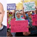 »Terrorisme har ikke en religion« og »islam er fred«. Skilte ved en demonstration efter terrorangrebet i Barcelona 26. august. I kronikken spørger Adam Holm, hvordan moderate muslimer »vil trække volden ud af islam?« Foto: Bax Lindhardt & Pau Barrene