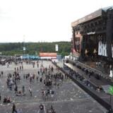 Den store tyske festival Rock Am Ring regner med at kunne genoptage koncerterne lørdag. Festivalen blev evakueret efter mulige terror-trusler.