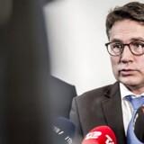 Erhvervsminister Brian Mikkelsen (K) og transportminister Ole Birk Olesen (LA) har kritiseret selskabet for at høste store udbytter i stedet for at investere pengene på at optimere lufthavnen.