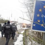 Den døende grænsekontrol kan få ny luft Danmarks midlertidige grænsekontrol mod syd kan umiddelbart ikke forlænges mere. Nu barsler EU angiveligt med nye regler, der kan forlænge den op til tre år.