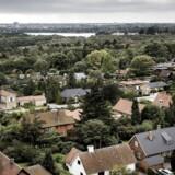 Arkivfoto. Udsigt fra Grønnevej højhusene i Lyngby Sorgenfri over beboelseskvarter med villaer og parcelhuse.