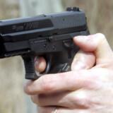 En skarpladt pistol blev beslaglagt af politiet ved stop af tre unge fra bandemiljøet i Greve. Free/Colourbox/arkiv