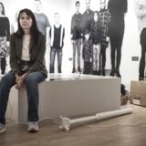 Gilian Weary er en britisk kunstner, der har lavet en skulptur af den danske familie. Skulpturen blev afsløret fredag