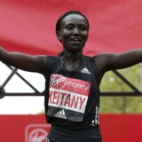 Mary Jepkosgei Keitany fejrer søndagens sejr i London. Reuters/Matthew Childs
