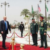 Donald Trump ankommer sammen med Saudi Arabiens kong Salman bin Abdulaziz til en velkomstceremoni i Riyadh, Saudi Arabien.