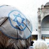 For nylig protesterede tyske jøder mod stigende antisemitisme ved en demonstration i Berlin (billedet). Nu er avisen Süddeutsche Zeitung kommet under beskydning for »nazistisk propaganda« efter en satiretegning af den israelske premierminister, Benjamin Netanyahu. Avisen har undskyldt.