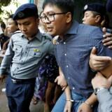 En begæring om at få løsladt to Reuters-journalister er onsdag blevet afvist ved en domstol i Yangon. Journalist Wa Lone bliver eskorteret ud af politiet efter høringen i Yangon, Myanmar April 11, 2018. REUTERS/Ann Wang. (Foto: STRINGER/Ritzau Scanpix)