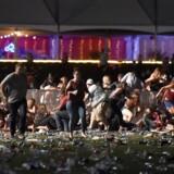 Personer flygtede fra musikfestivalen i Las Vegas, da skuddene faldt natten til mandag dansk tid.
