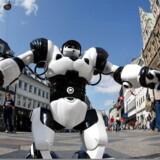 Arkivfoto: Forestil dig en verden efter robotterne har overtaget. Du er en af de få overlevende og kæmper med det yderste af neglene for at klare dig imod gigantiske, dinosaurlignende robotter - kun armeret med bue og pil.