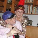 Ruth Gramstrup, som hun ser ud i dag, sammen med sin mand, Poul Gramstrup. Den antipsykotiske medicin gjorde Ruth Gramstrup helt foroverbøjet (lille foto). Foto: Privat