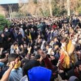 Efter flere demonstrationer i Iran lukker landets styre nu for adgangen til enkelte sociale medier. AFP PHOTO / STR