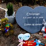 Maria Andersen og Jimmi Knudsen mistede deres lille søn Christian på kun 14 mdr. fordi han havde slugt et batteri. De siger, at de fortalte lægerne om batteriet, men det mener lægerne ikke.