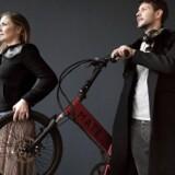 Søskendeparret Julie Kronstrøm Carton og Christian Adel Michael med deres sammenfoldelige elcykel »Mate«. De afviser, at der skulle være problemer med batterierne i deres cykler.
