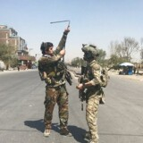 Afghanske sikkerhedsstyrker ankommer til området i Kabul, hvor flere raketter slog ned tirsdag.