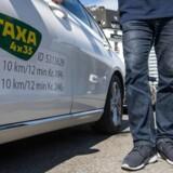 Liberal taxilov har givet højere priser. Taxa ved Hovebanegården. De nye prisskilte, der ses på siden af bilen ved fordøren.