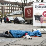 En hjemløs mand på Axeltorv, København.
