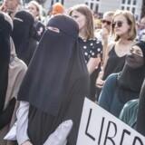 Kvinder i niqab under demonstration imod tildækningsforbuddet på Den Sorte Plads i København, onsdag den 1. august 2018. Alle beklædningsgenstande, der dækker ansigtet,er blevet forbudt på offentlige steder. Det kan være burka, niqab, elefanthue, huer, hætter, tørklæder, masker, hjelme, heldækkende dragter og kunstige skæg.. (Foto: Mads Claus Rasmussen/Ritzau Scanpix)