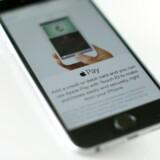 Mens mange forbrugere jubler, har betalingsløsningen Apple Pay fået en noget mere lunken modtagelse af såvel de danske som de norske konkurrencemyndigheder. I Danmark modtog Konkurrence- og Forbrugerstyrelsen kort efter lanceringen i efteråret en anmeldelse fra Forbrugerrådet Tænk, og i Norge er Apple Pay knap blevet tilgængelig for forbrugerne, før konkurrencetilsynet har kastet sig over den kontaktløse betalingsapp.