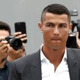 Fra tidlig mandag morgen samledes hundredvis af Juventus-fans foran klubbens stadion og sang ifølge AFP om, at Ronaldo skal bringe Champions League-trofæet til klubben.