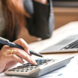 Kvinderne søger i højere grad rådgivningen, når de skal placere deres penge i aktier og obligationer, end mænd gør.