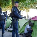 Fransk uropoliti rydder en teltlejr i den offentlige park ved Davias Pladsen i Nantes. / AFP PHOTO / Sébastien SALOM GOMIS