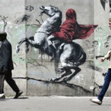 Den tildækkede rytter har tydeligt referencer til det berømte maleri med Napoleon på hest.