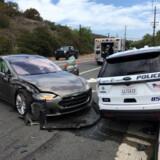En delvist selvkørende Tesla-bil køre tirsdag ind i en parkeret politibil i det sydlige Californien. Ingen kom alvorligt til skade. Handout/Reuters