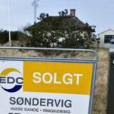"""Et EDC """"til salg skilt"""" ved sommerhus i Søndervig ved Holmsland Klit, Hvide Sande, har fået Solgt sat på."""