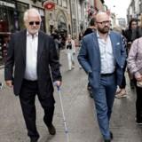 Johan Schlüter forlader mandag eftermiddag Københavns Byret efter domsafsigelsen i Schlüter-sagen. Hans dom blev gjort betinget på grund af hans alder. Han nærmer sig 74 år og har under hele retssagen måttet støtte sig til en krykke. Foto: Linda Kastrup