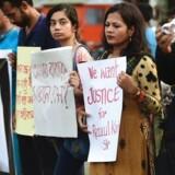 Protester i Bangladesh: Studerende fra Rajshahi Universitet holder skilte op til en demonstartion mod drabet på en professor i 2016. / AFP PHOTO / STR
