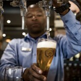 Flere af de helt tunge aktører i bryggeribranchen kigger mod Afrika for at kompensere for den svindende ølvækst i Østeuropa og Asien.