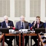 Når statsrevisorerne med formand Peder Larsen i midten holder møde i næste uge, kan de komme til at drøfte sagen om PETs brug af statslige midler til afskedsmiddage for efterretningstjenestens chefer. Billedet strammer fra et pressemøde på Christiansborg 22. august 2013.