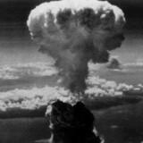 Her er vi 60 år tilbage. På billedet bomben, der blev kastet over Nagasaki tre dage efter den over Hiroshima. 78.000 blev dræbt øjeblikeligt i Hiroshima og 27.000 i Nagasaki. Dødstallene voksede til over 140.000 døde i Hiroshima. Se flyets vingespids i forgrunden. Foto: Reuters