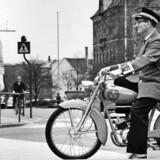 Overpostbud Egon Bolhøj på knallert i Århus C, 1962.