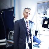 """Danske Ambu har netop lanceret et nyt, """"bærbart drop"""", som skal gøre det lettere for patienter, der har gennemgået en operation, at komme hurtigt hjem fra hospitalet. Droppet er opfundet af en israelsk læge og er det seneste eksempel på danske virksomheder, der går på teknologijagt i udlandet. Ambus adm. direktør Lars Marcher fortæller om, hvordan Ambu spottede den israelske opfinder og udviklede produktet sammen med ham, og hvorfor det er vigtigt for danske virksomheder at tænke globalt i jagten på nye idéer."""