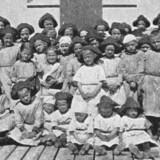 En pigegruppe samlet i Hellebæk omkring 1900. Børnene havde ens beklædning på. Illustration fra bogen.