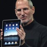 Apple-stifter Steve Jobs med sin iPad. Foto: Kimberly White, Reuters/Scanpix