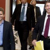 Journalist og medierådgiver Michael Ulveman (tv.) sammen med daværende statsminister Anders Fogh Rasmussen på vej til et samråd på Christiansborg. Foto: Rune Evensen.