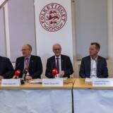 Statsrevisorerne holdt onsdag pressemøde, hvor de i skarpe vendinger kritiserede Skat efter en undersøgelse fra Rigsrevisionen har vist mangelfuld kontrol med udbetalingen af negativ moms. Fra venstre: Søren Gade (V), Klaus Frandsen (RV), Peder Larsen (SF), Henrik Thorup (DF), Lennart Damsbo-Andersen (S), Villum Christensen (LA).
