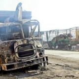 Et foto udleveret af modstandsgruppen De hvide hjelme (Syria Civil Defense) i Syrien viser udbrændte nødhjælpskøretøjer.