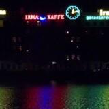Neonreklamer ved Søerne i København. Det er Irma-hønen længst til højre.