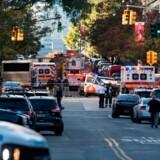 En varebil ramte tirsdag adskillige personer, da føreren tilsyneladende med fuldt overlæg kørte imod trafikken på en række gader nær World Trade Center på Manhattan i New York.