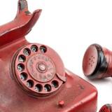 Telefonen, som oprindelig var en sort telefon af plastiktypen bakelit, blev malet rød og indgraveret med Hitlers navn. Den blev fundet i Hitlers underjordiske bunker i Berlin efter hans død i 1945.