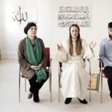 Efter fredagens bøn, der var den første i skandinavisk historie, hvor en kvindelig imam ledte bønnen, afholdt ledelsen bag moskeen pressemøde. Her er det fra venstre imam Saliha Marie Fetteh, imam Sherin Khankan og et af bestyrelsens to mandlige medlemmer.