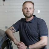 Karsten Holm i sin garage. Han er blevet snydt på internettet i forbindelse med køb af et ur. ©2018 Palle Peter Skov