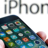 Google er standardsøgemaskinen på Apples iPhone-telefoner, og det er internetgiganten villig til at betale et stort milliardbeløb for fortsat at være. Arkivfoto: Regis Duvignau, Reuters/Scanpix