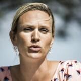 Merete Riisager, børne- og undervisningsordfører for Liberal Alliance, er ikke enig med sin liberale kollega Inger Støjberg (V), hvad angår opdelingen af gymnasieelever efter etnicitet. Merete Riisager mener, at det er en falliterklæring, og at gymnasierne i stedet skal bære de danske værdier uden på tøjet.