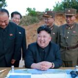 Kim Jong-un overværer en opsendelse af en langtrækkende raket. Reuters gør opmærksom på, at man ikke har kunnet bekræfte, hvor billedet er taget og i hvilken forbindelse.
